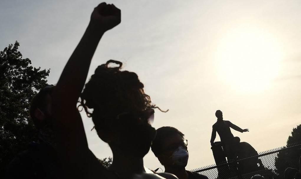 متظاهرون يرفعون قبضاتهم بالقرب من نصب التحرر التذكاري في لينكولن بارك في واشنطن (أ ف ب).