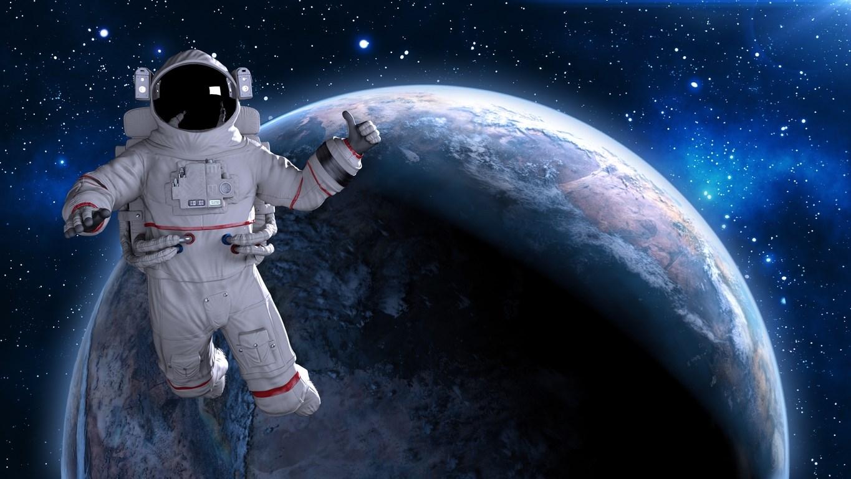 رائد فضاء يفقد مرآة في الفضاءالخارجي !