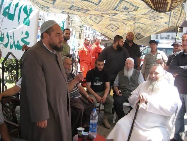 من قيادات الحركة السلفية في اعتصام خلال أحداث طرابلس قبل 2014