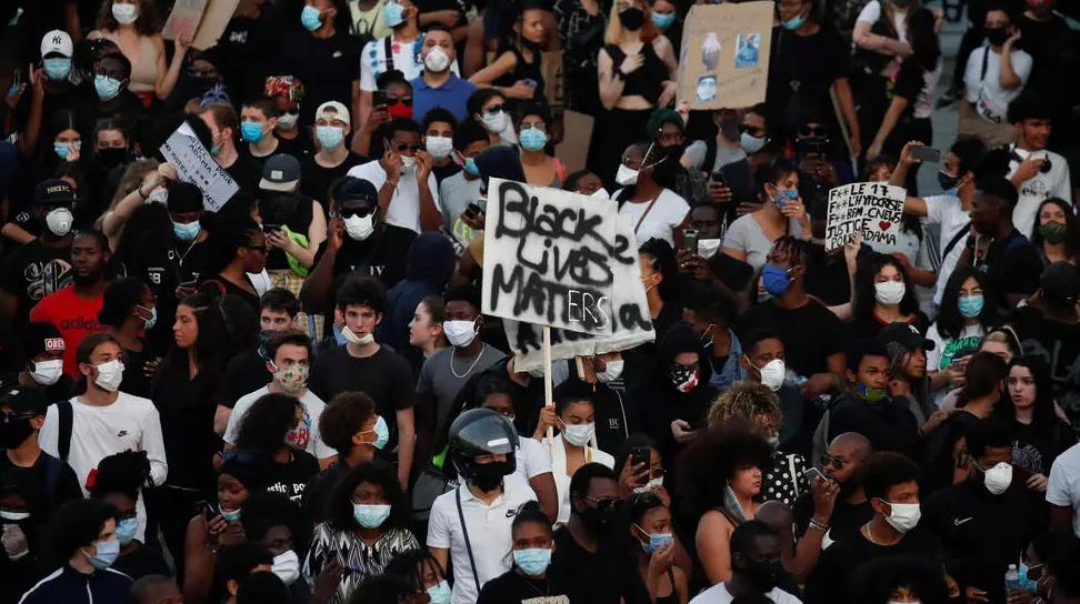 20 ألفاً في شوراع باريس في احتجاجات مماثلة لاحتجاجات أميركا