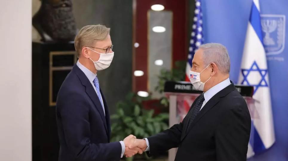 المبعوث الأميركي لإيران برايان هوك ورئيس الوزراء الإسرائيلي بنيامين نتانياهو في القدس في 30 حزيران/يونيو 2020 (أ ف ب)