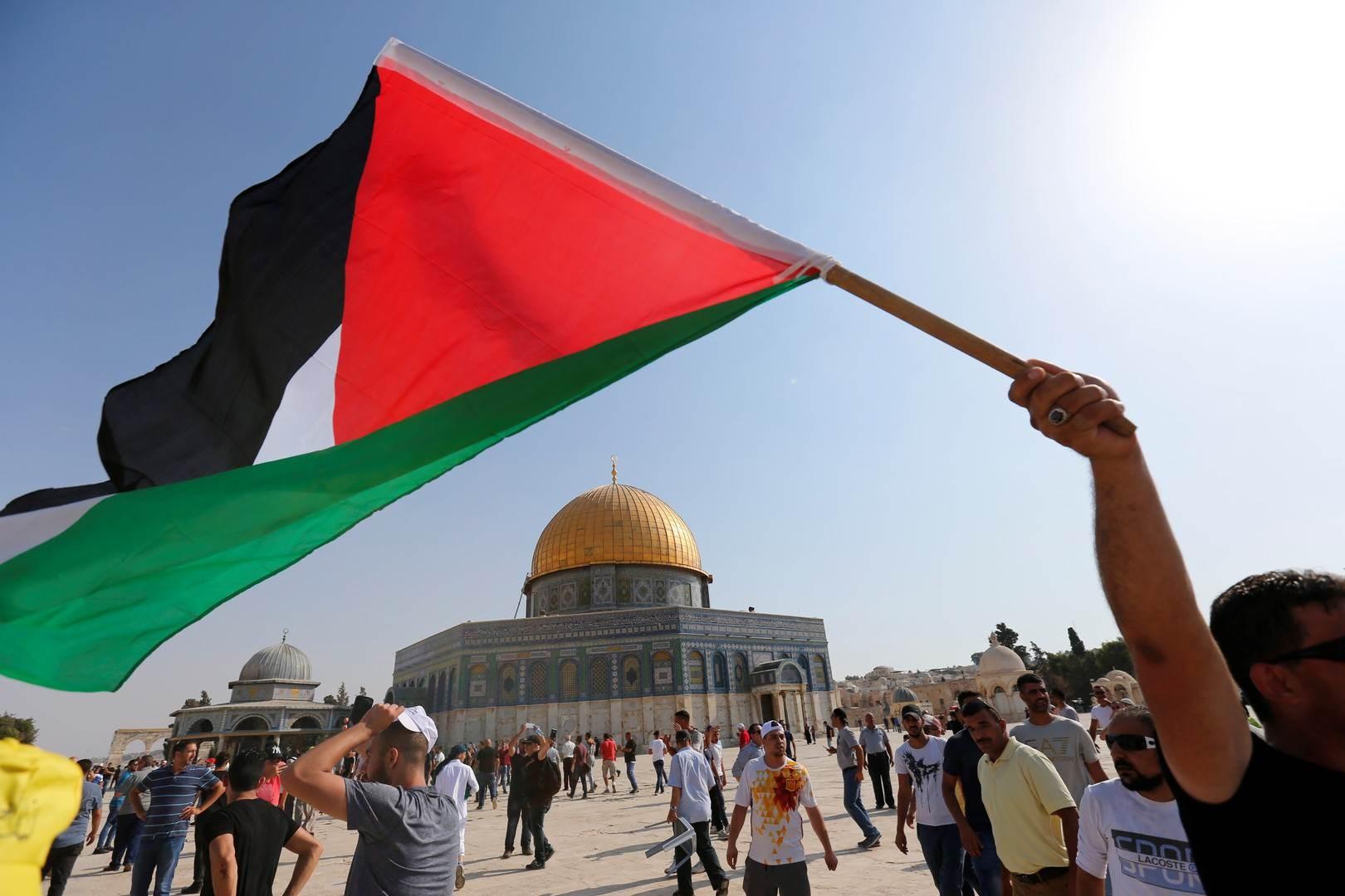 الحل في التمسك بالثوابت التي تربّينا عليها كتمسّكنا بالمقاومة والقضية الفلسطينية كقضيّتنا المبدئية