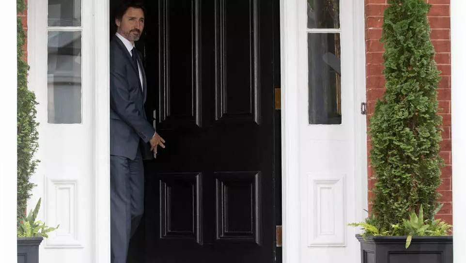 رئيس الوزراء الكندي جاستن ترودو يقف عند مدخل مقرّ إقامته في أوتاوا،ّ في 25 حزيران/يونيو 2020 (أ ف ب)