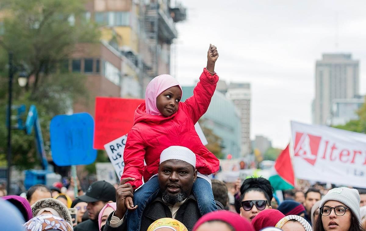 """احتجاجات عديدة في دول العالم تنديداً بـ""""العنصرية"""" الأميركية"""