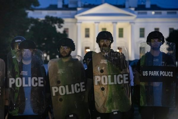ترامب يتراجع.... تعزيز الأمن في البيت الأبيض ومطالب جديدة للمتظاهرين