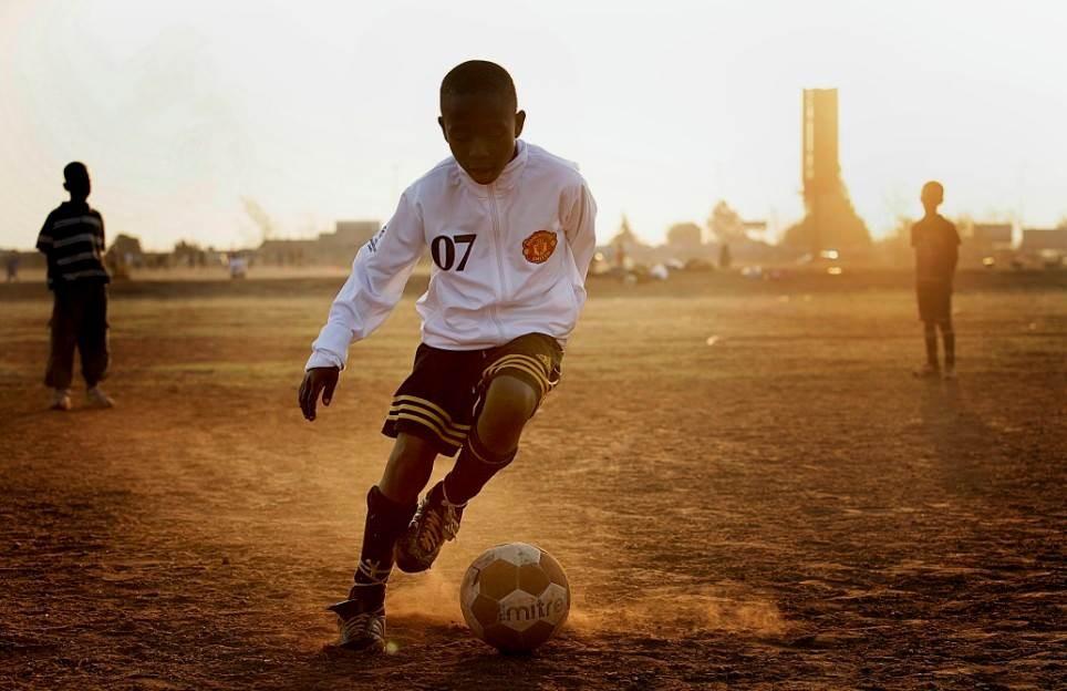 طفل إفريقي يسجل هدفاً ساحراً (فيديو)