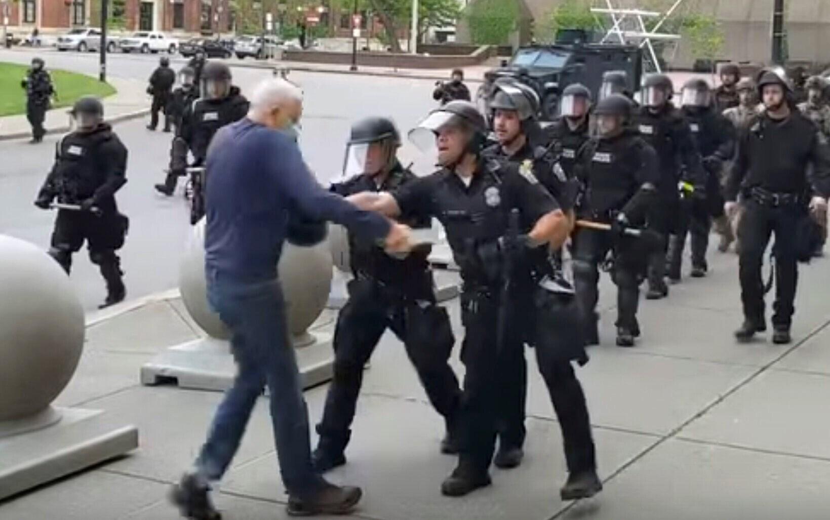 """عشرات ضباط """"مكافحة الشغب"""" يقدمون استقالتهم في نيويورك!"""