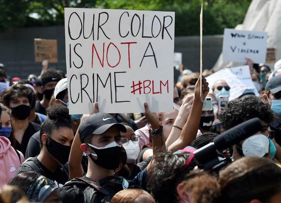 """""""فوكس نيوز"""" تعتذر عن رسم بيانيّ يربط بين مكاسب البورصة والعنف العنصري"""