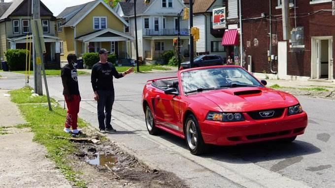 سيارة ومنحة دراسية.. شاب أميركي يُكافأ لتنظيفه شارعاً جراء الاحتجاجات