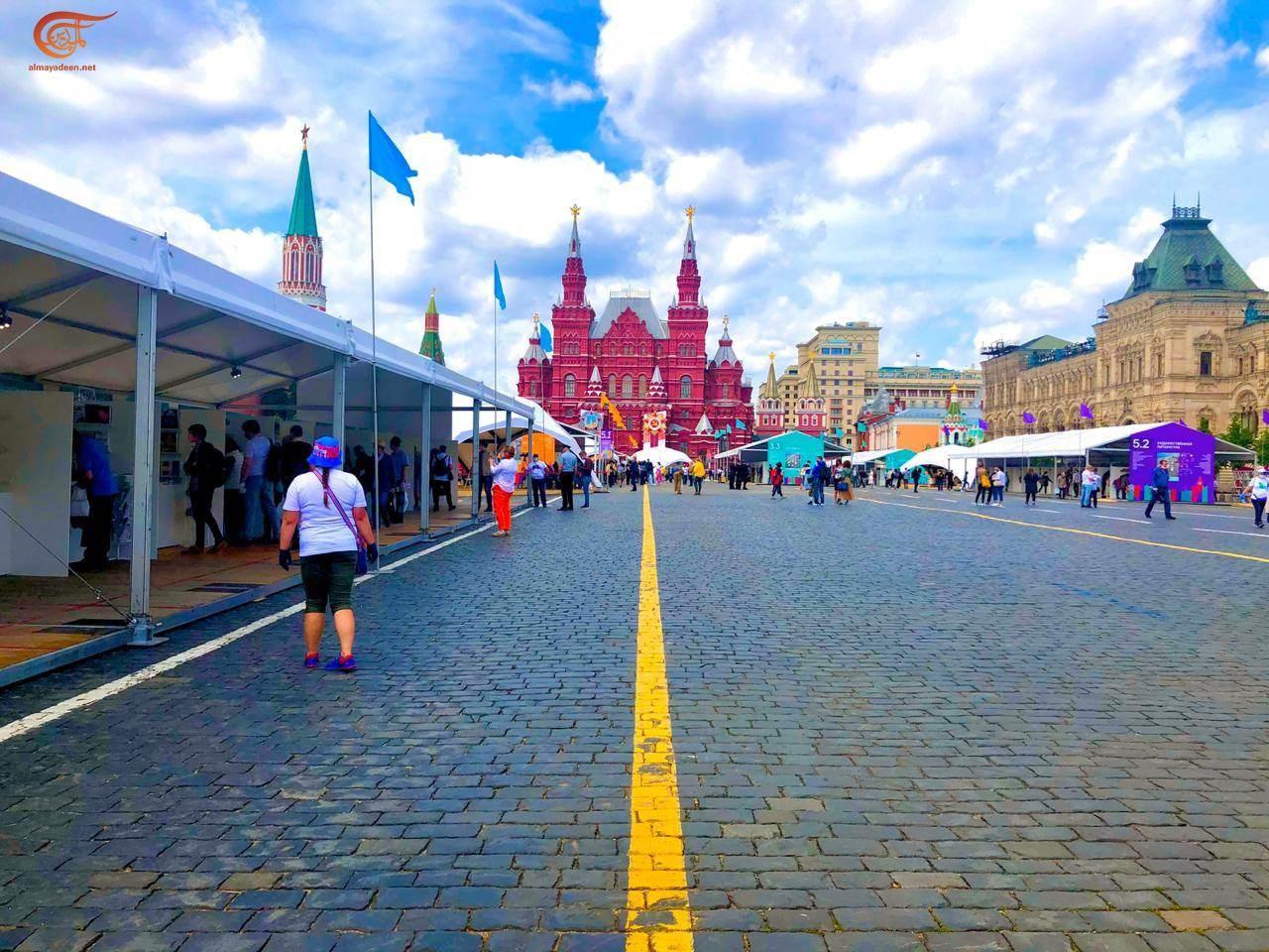 """موسكو تتحدى """"كورونا"""".. خير جليس في الساحة الحمراء كتاب"""