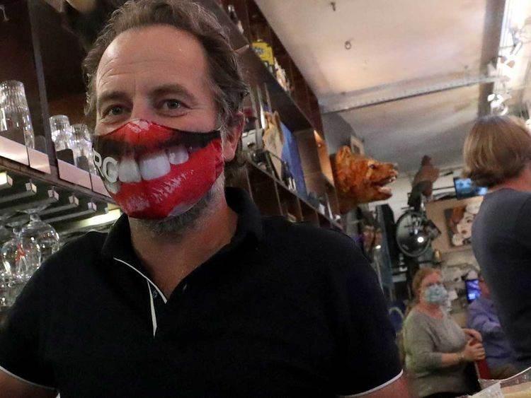 شركة بلجيكية تبتكر كمامات تعيد الابتسامة إلى وجوه واضعيها