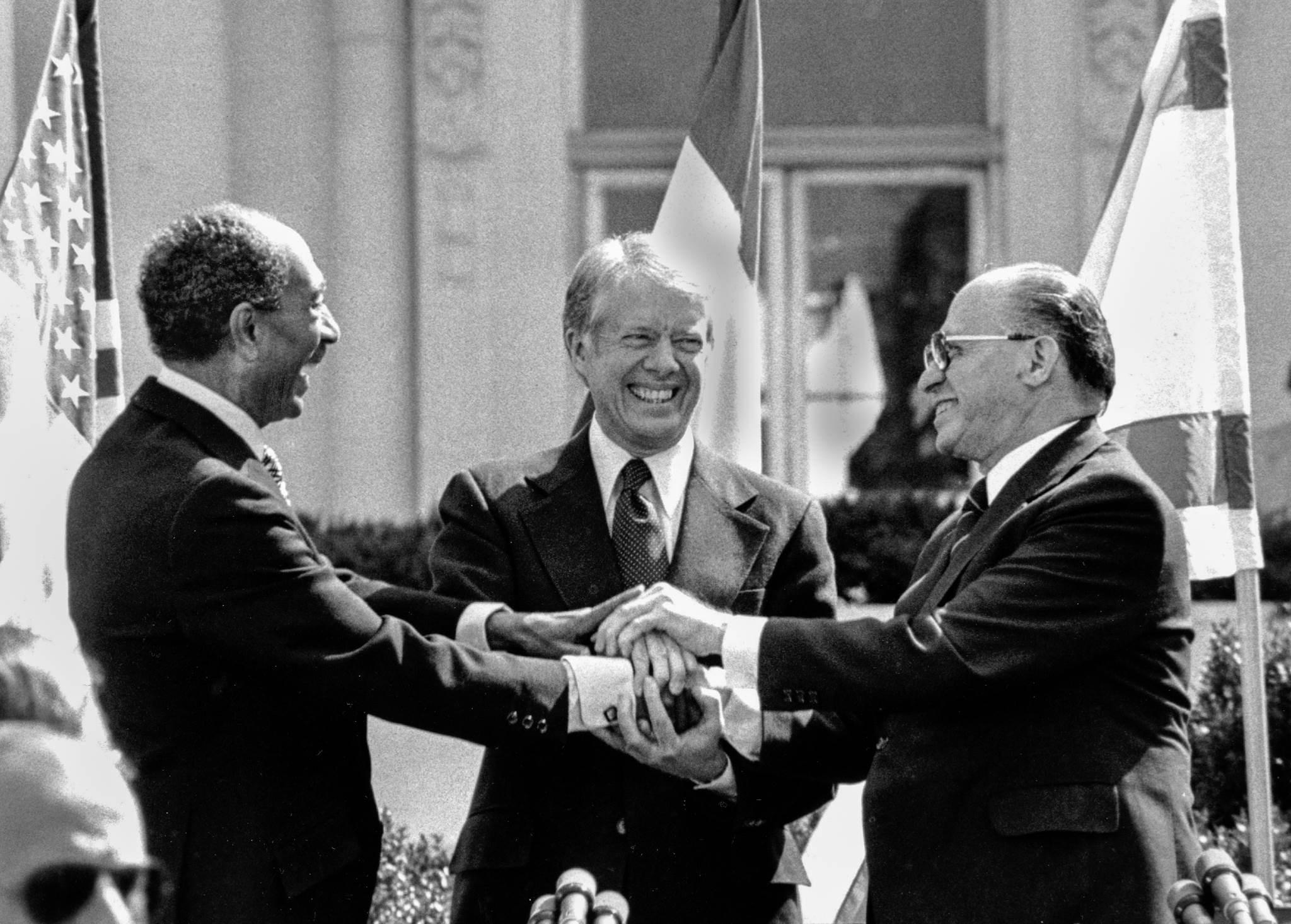 """لماذا اعتذر كارتر عن عنوان كتابه """"فلسطين سلام لا فصل عنصري""""؟"""