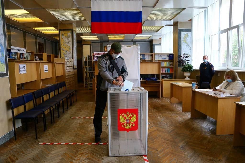 رجل يدلي بصوته حول الإصلاحات الدستورية في مركز اقتراع في مدينة فلاديفوستوك الروسية (أ ف ب).