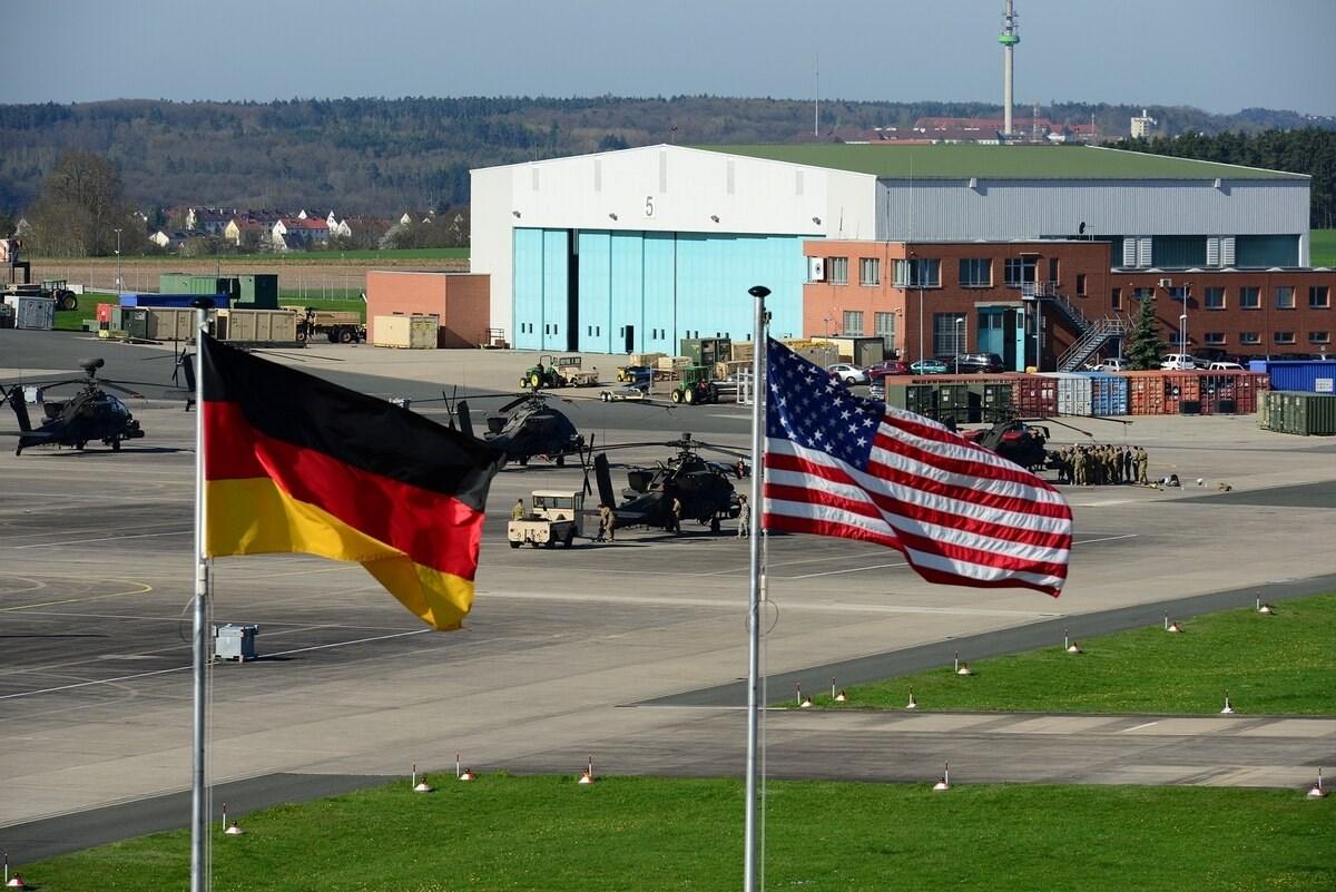 علميّ الولايات المتحدة وألمانيا خارج مقر لواء الطيران القتالي الثاني عشر قرب مطار عسكري في ألمانيا
