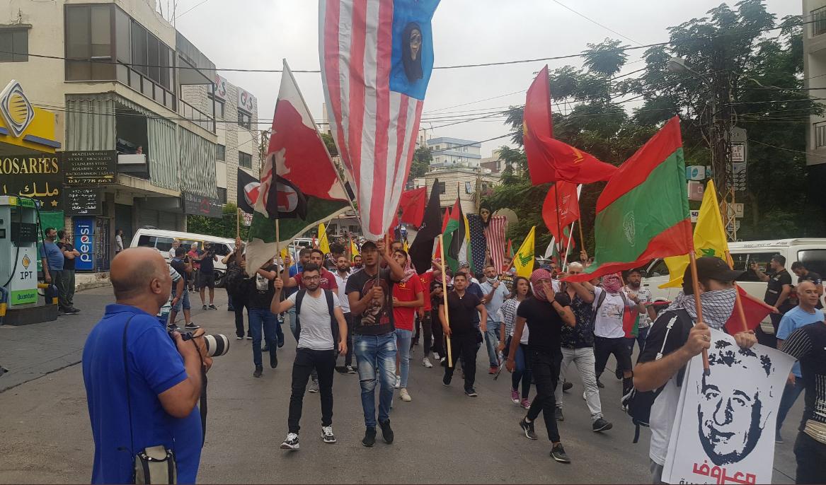 المتظاهرون أمام السفارة الاميركية في لبنان يطالبون واشنطن برفع الحصار ووقف سياسة التجويع