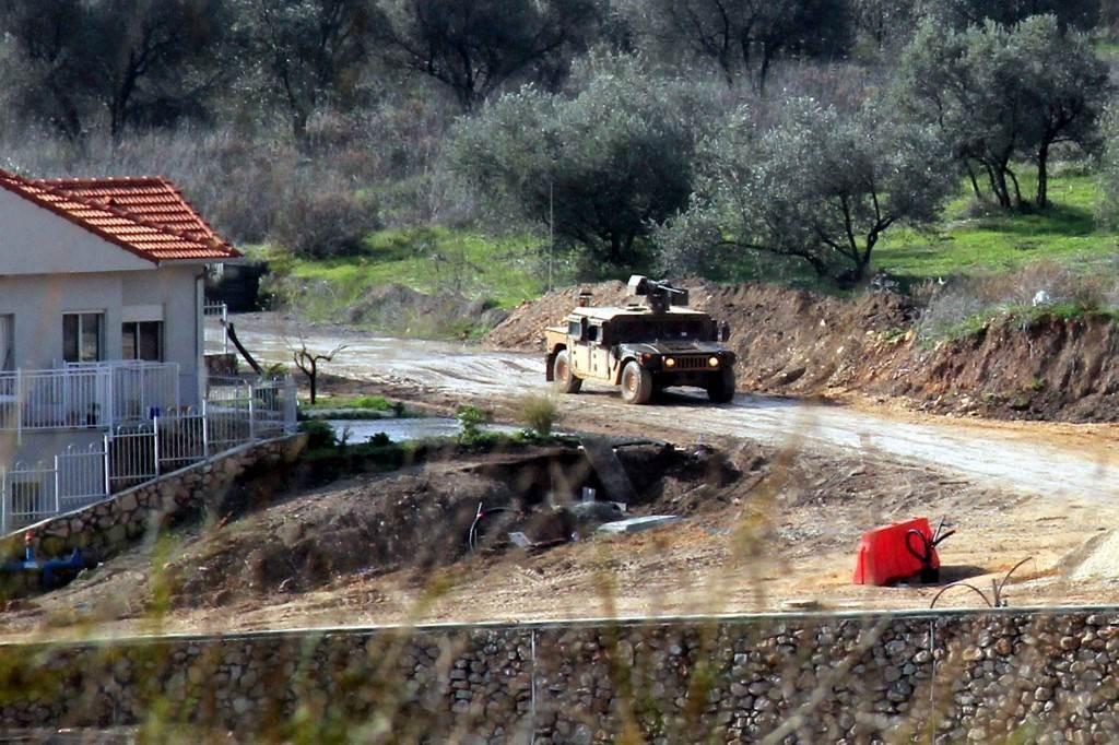 صورة تمّ التقاطها من بلدة كفركلا جنوب لبنان تظهر مركبة عسكرية إسرائيلية في المطلة (أ ف ب).