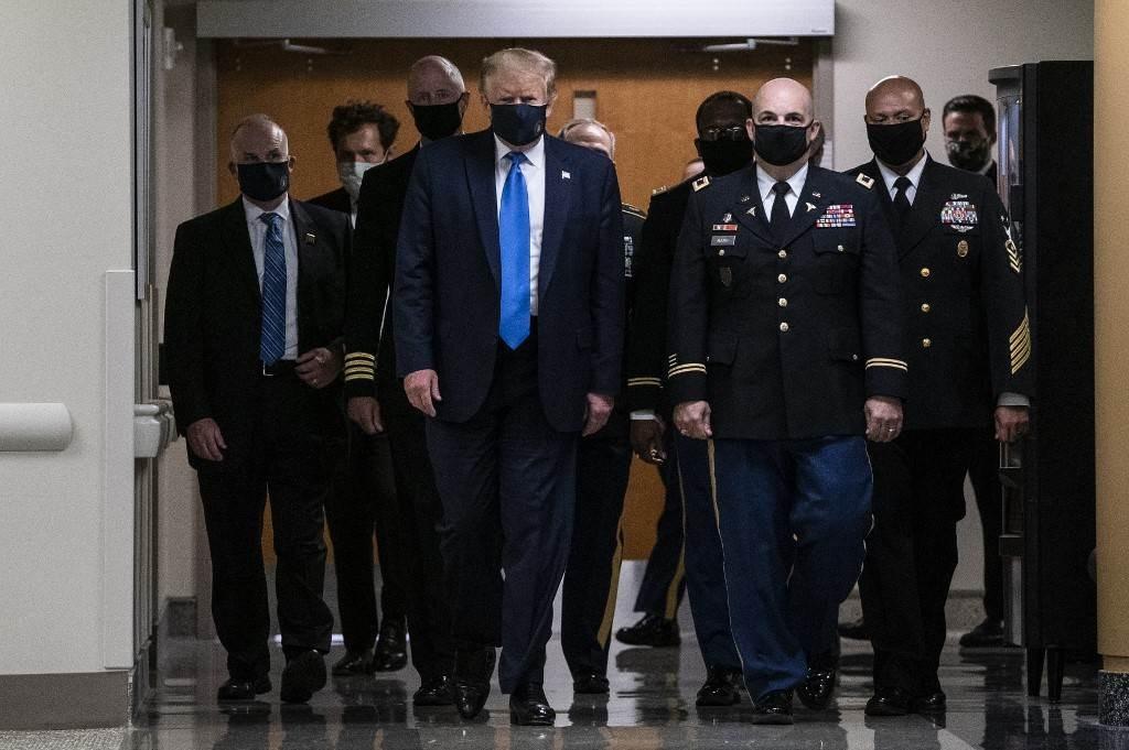 ارتدى ترامب كمامة زرقاء لسلاح البحرية مزينة بالختم الرئاسي المنقوش بالذهب (أ ف ب)