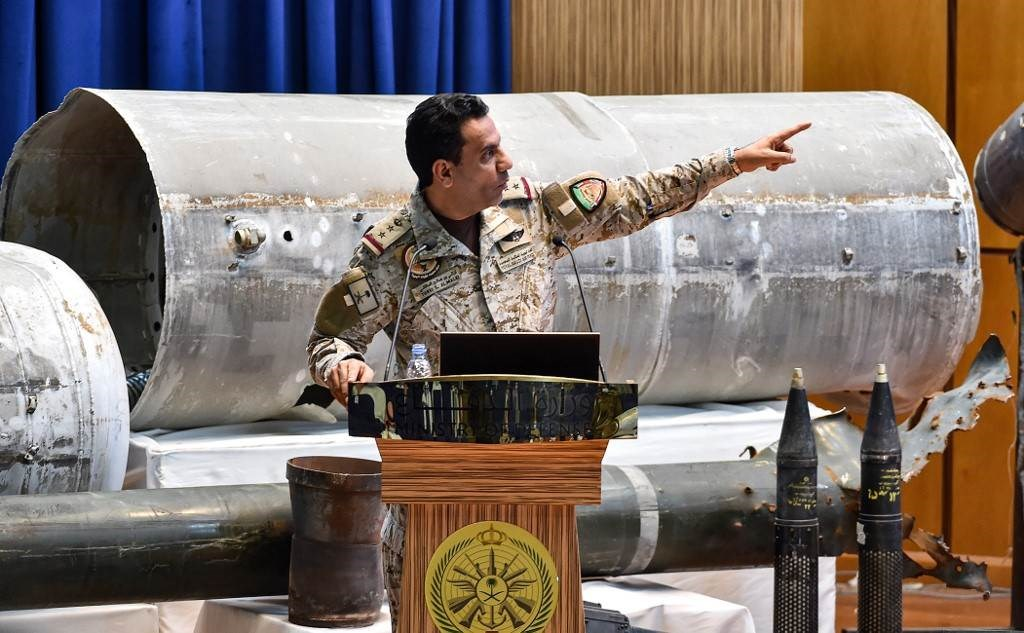المتحدث باسم قوات التحالف تركي المالكي خلال مؤتمر صحفي في نادي ضباط القوات المسلحة بالرياض (أ ف ب).