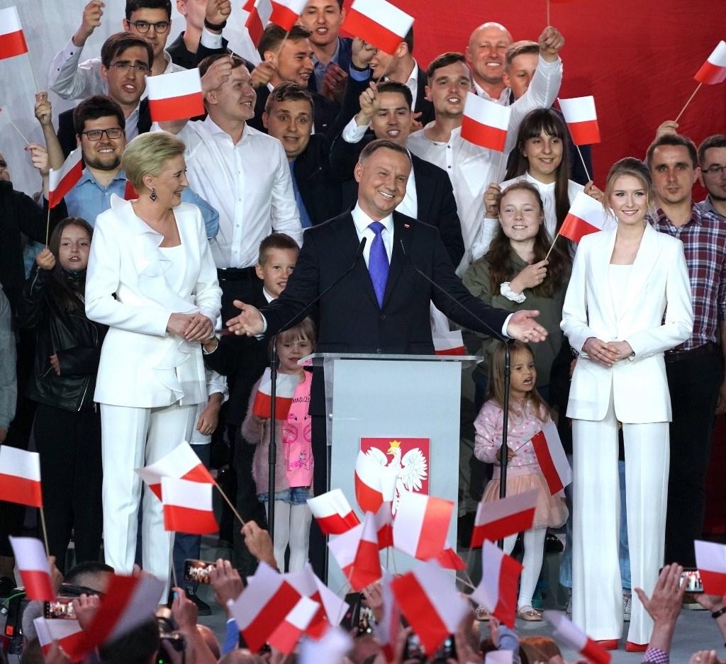 الرئيس البولندي أندريه دودا خلال احتفاله مع أنصاره أمس الأحد (أ.ف.ب)