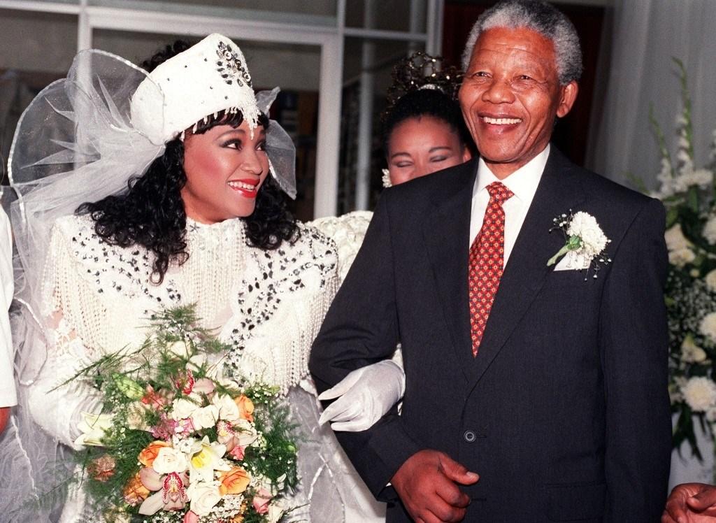 زيندزي مانديلا مرتديةً زيّاً تقليدياً في حفل زفافها برفقة والدها الزعيم الأفريقي نيلسون مانديلا عام 1992 (أ.ف.ب)