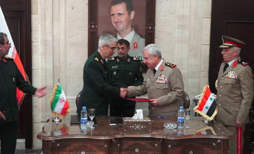 وزير الدفاع السوري علي أيوب، ورئيس أركان الجيش الإيراني محمد باقري يوقعان اتفاقية شاملة للتعاون العسكري بين بلديهما