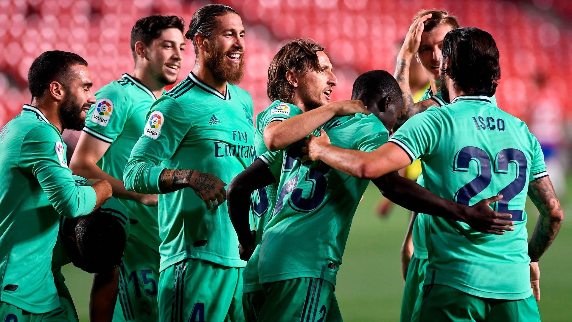 لاعبو ريال مدريد يحتفلون بهدف مندي (تويتر)