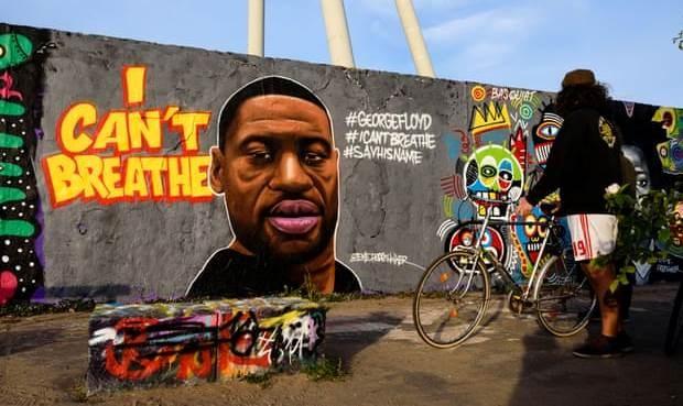 الصورة لجدار في برلين كتب عليه: