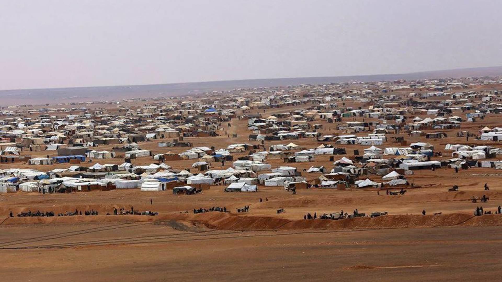 يقع مخيم الركبان الخاضع للسيطرة الأميركية قرب قاعدة التنف شرق سوريا، ويعيش فيه نحو 30 ألف سوري