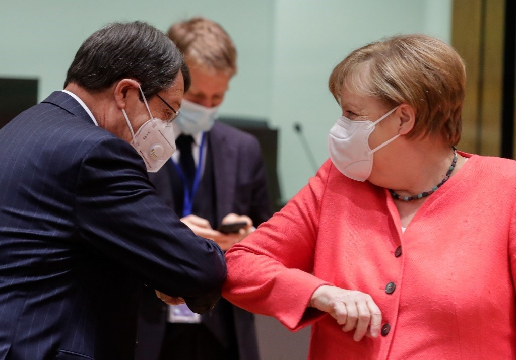 المستشارة الألمانية أنغيلا ميركل والرئيس القبرصي وسلام بالمرفق (أ ف ب)
