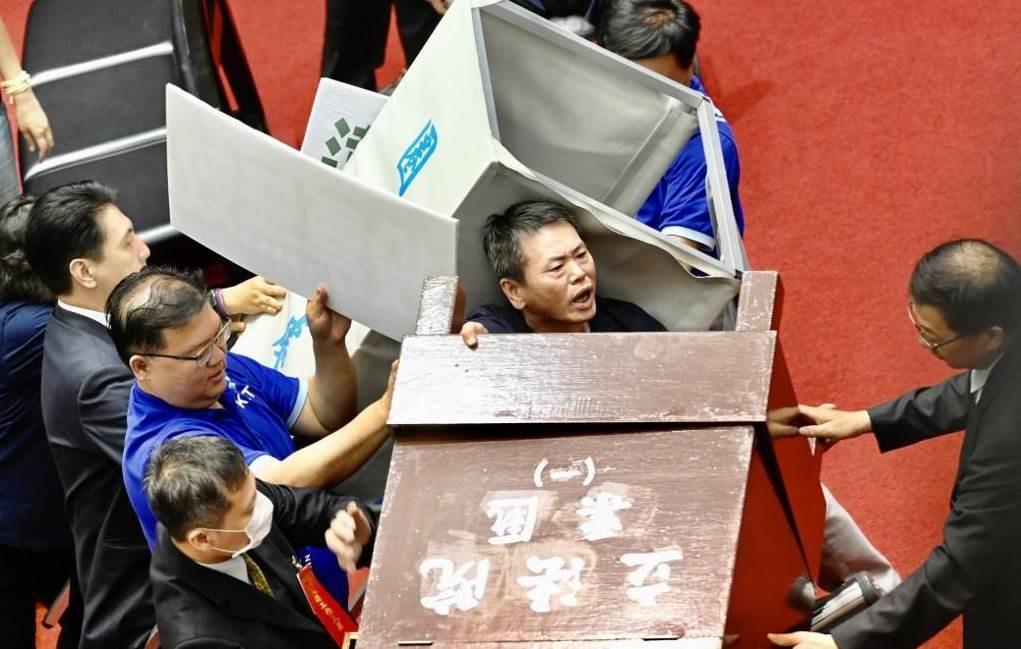 إشكال داخل البرلمان التايواني (أ ف ب)
