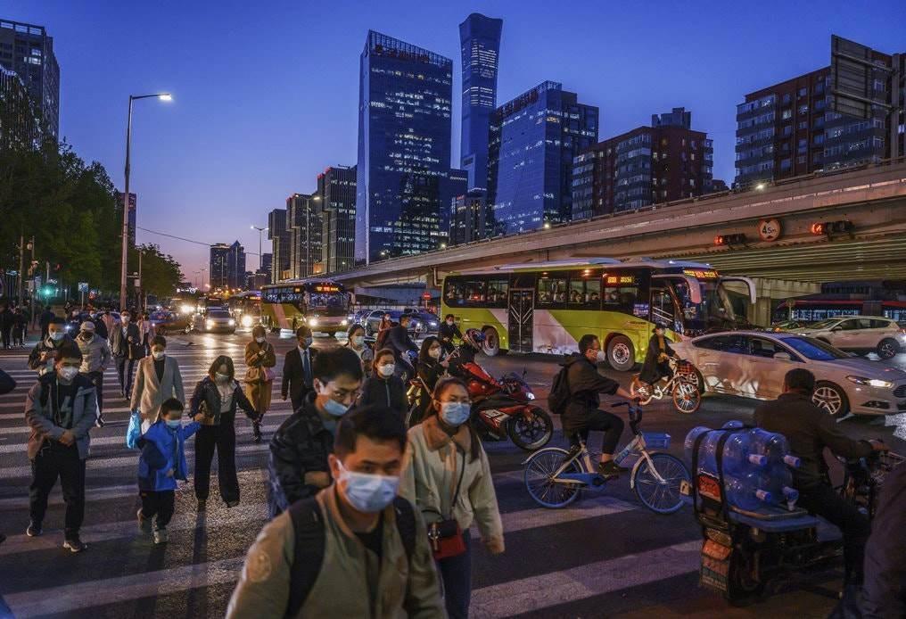مواطنون صينيون يتجولون في أحد شوارع بكين.