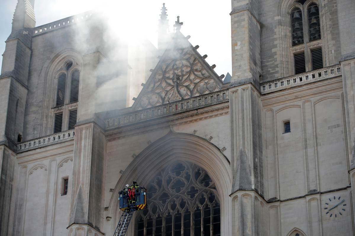 حريق كبير اندلع صباح السبت داخل كاتدرائية نانت ذات طراز العمارة القوطي