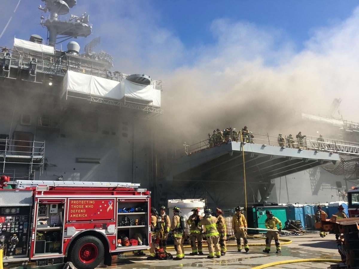 حريق هائل شبّ قبل أيام في السفينة الحربيّة الأميركية