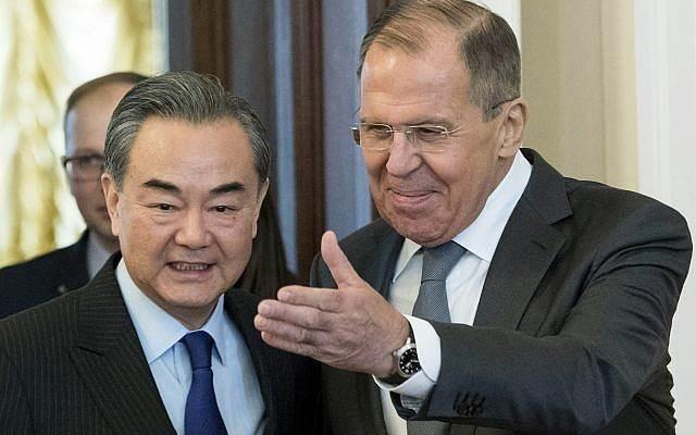 وزير الخارجية الروسي ووزير الخارجية الصيني خلال اجتماعهما في موسكو في 5 نيسان/أبريل 2018 (أ ف ب).
