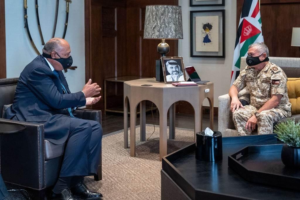الملك عبد الله الثاني خلال استقباله وزير الخارجية المصري سامح شكري (أ ف ب)