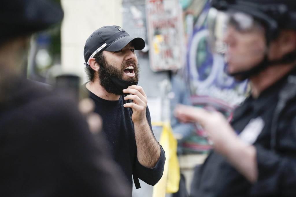 متظاهر يصرخ بوجه الشرطة في سياتل بعد أن قامت الشرطة بفض احتجاج الكابيتول هيل (أ ف ب).