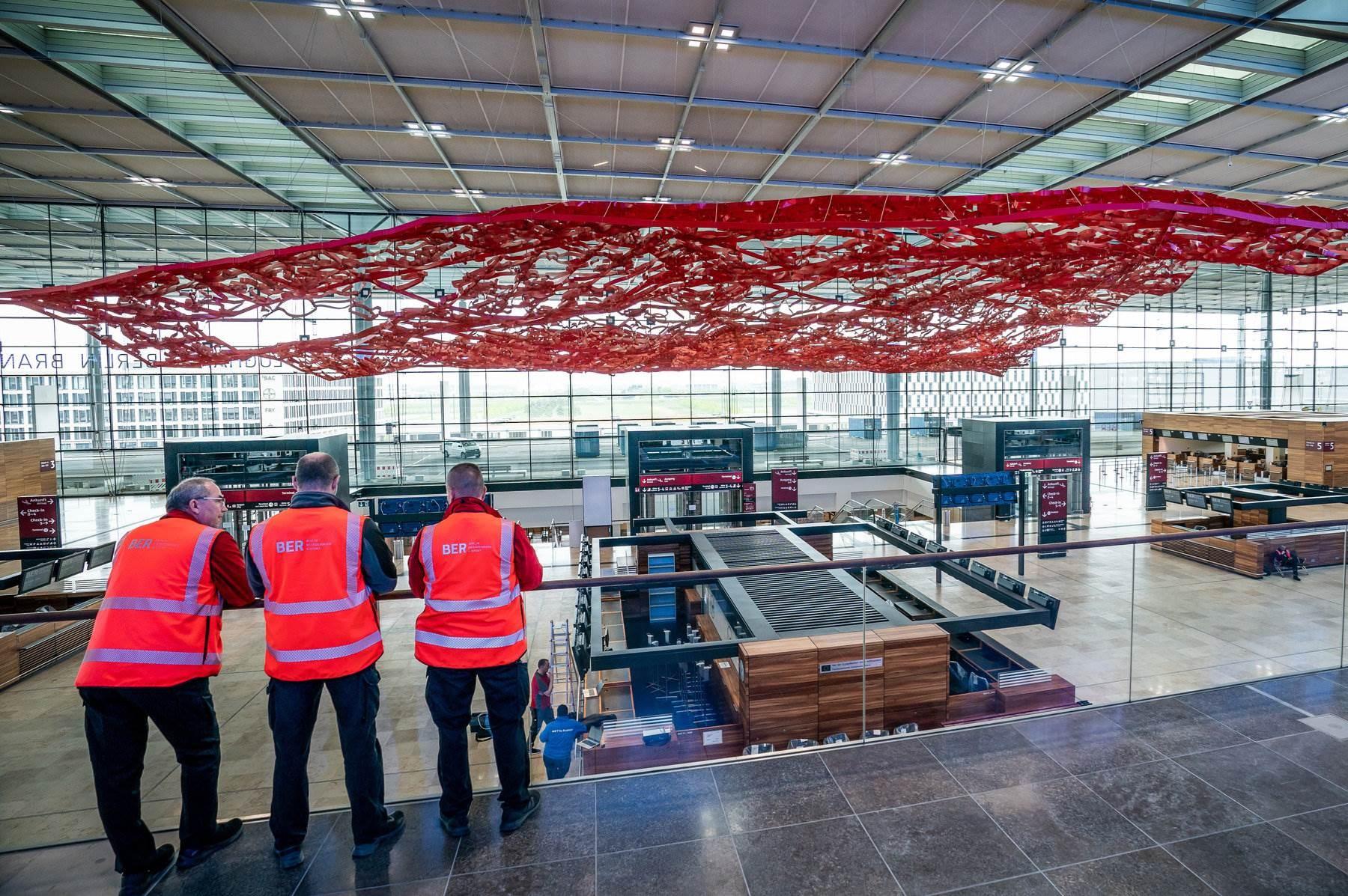 عمال في مطار برلين بعد إعادة فتح البلاد.