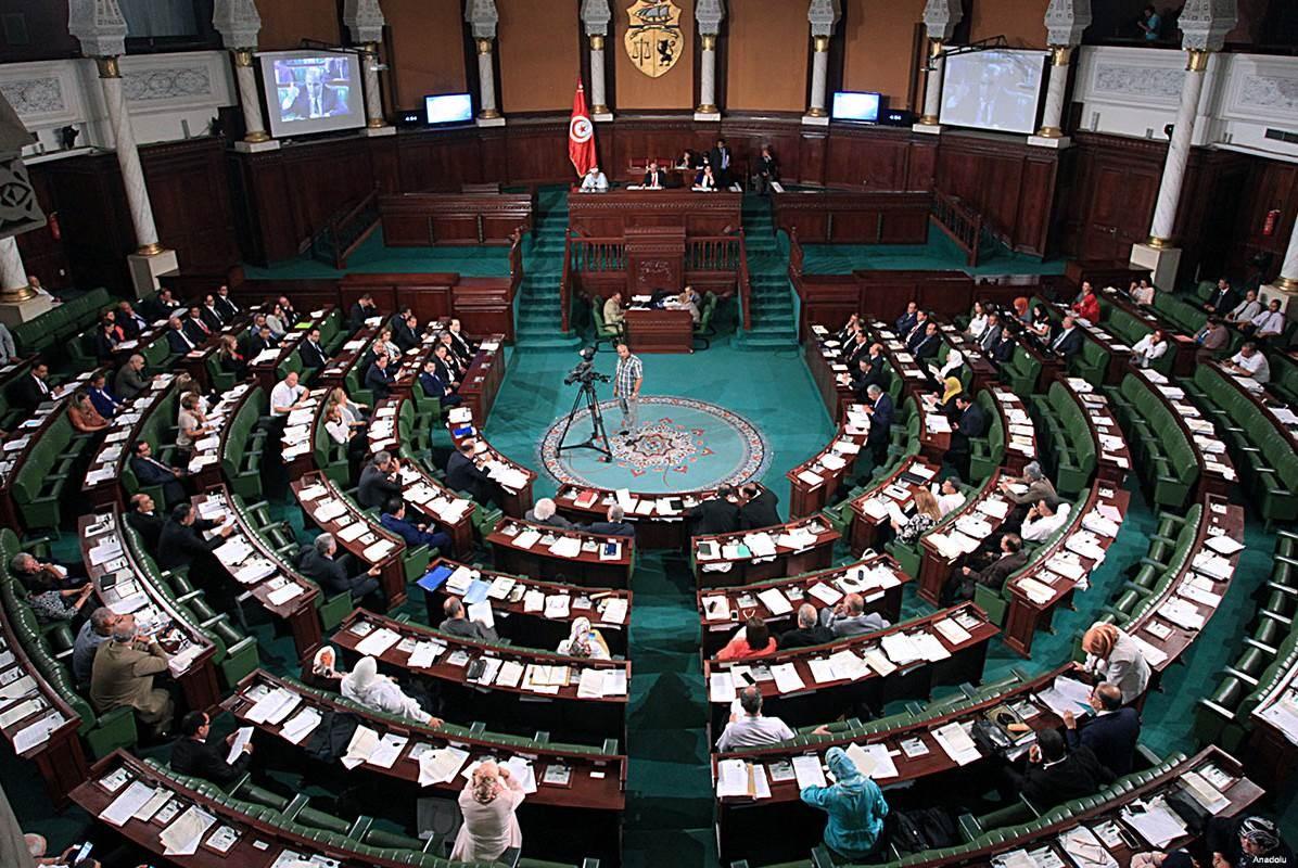 تحولت جلسات البرلمان من مناقشة مشاريع القوانين وإرساء الهيئات الدستورية إلى