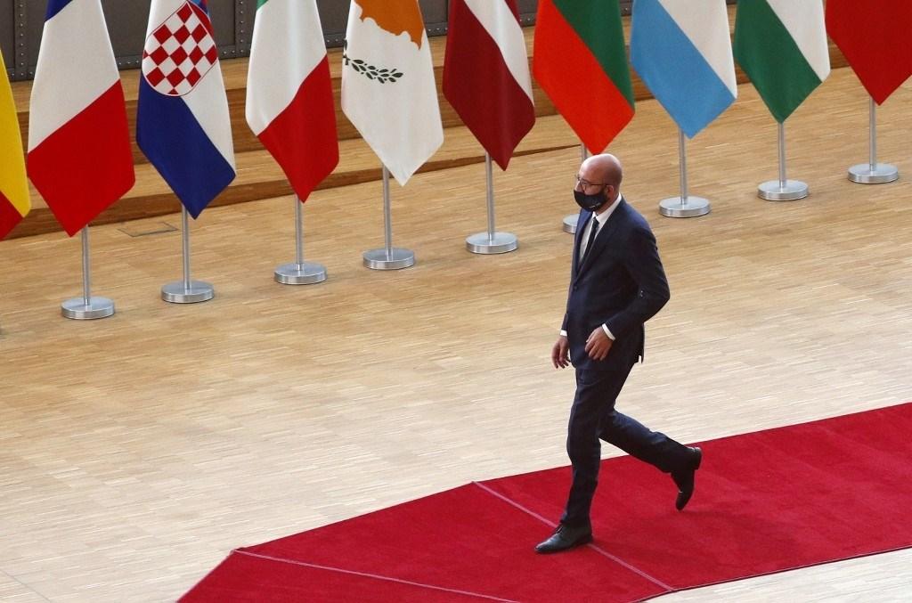 رئيس المجلس الأوروبي شارل ميشيل متوجهاً لإلقاء بيانه عقب اللقاء الذي يجمع قادة الاتحاد اليوم في بروكسل (أ.ف.ب)