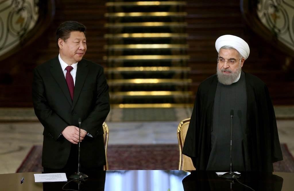 لقاء يجمع الرئيس الإيراني حسن روحاني ونظيره الصيني شي جين بينغ