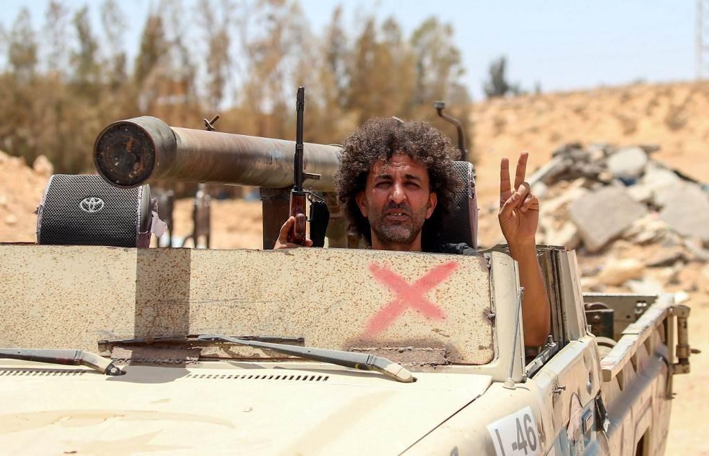 موالون لحكومة الوفاق الوطني الليبية المعترف بها من قبل الأمم المتحدة يؤمنون منطقة أبو قرين (أ ف ب).