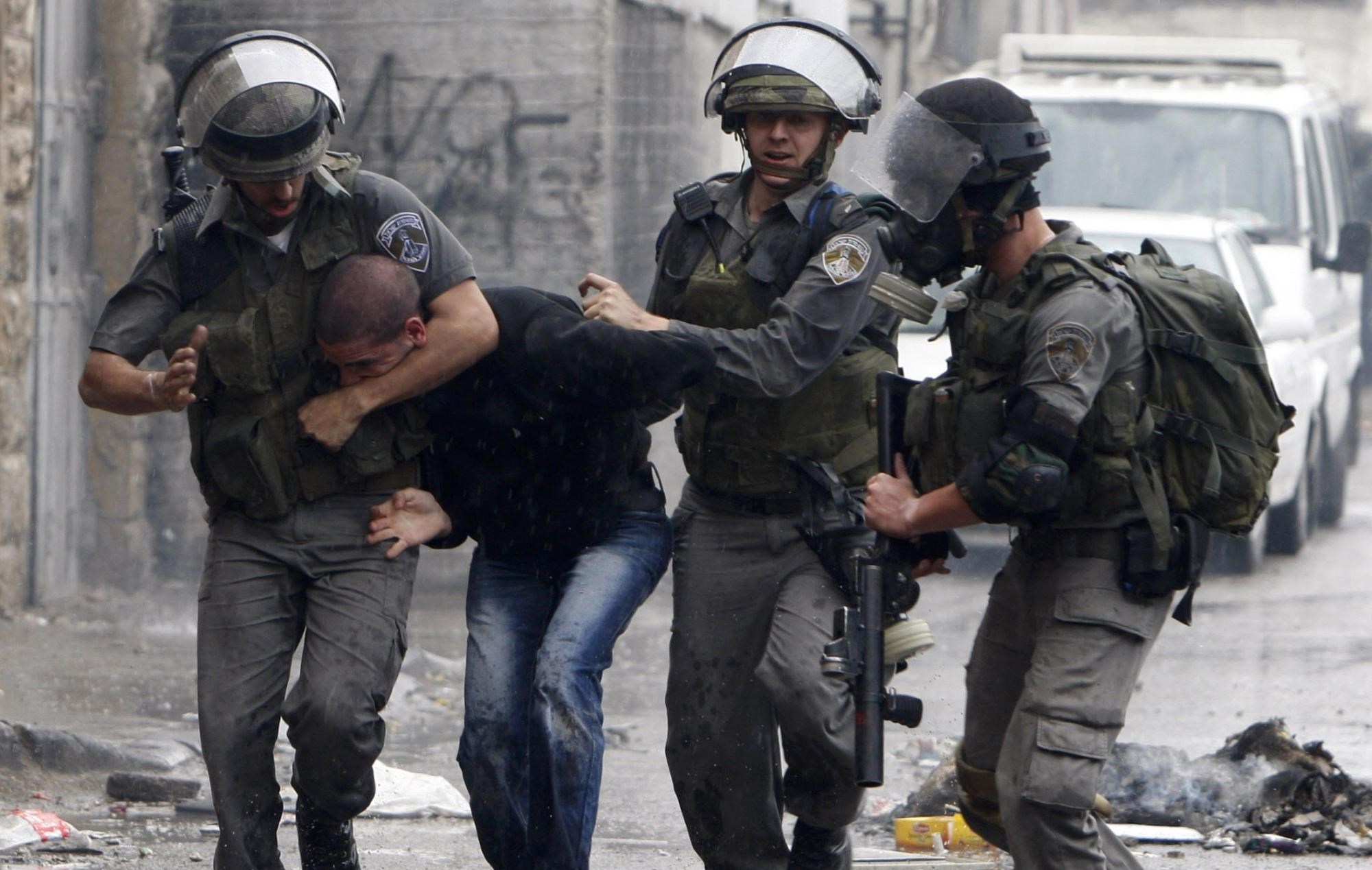 قوات الاحتلال تعتقل عدداً من الفلسطينيين في قرية برقة شمال غرب نابلس