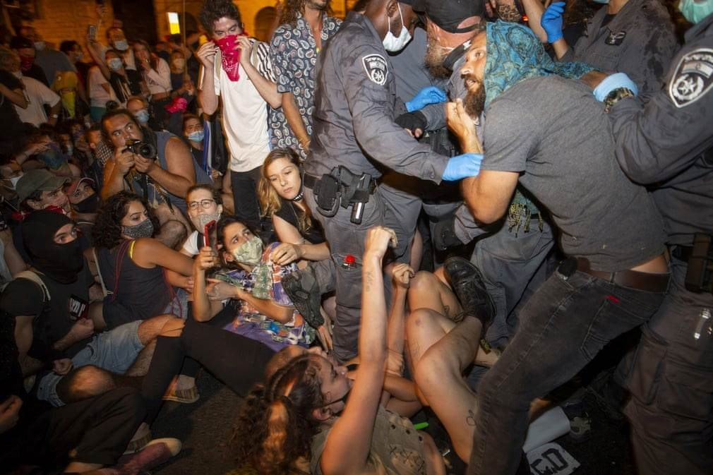 أثناء قيام الشرطة بتفريق المعتصمين أمام مقر نتنياهو