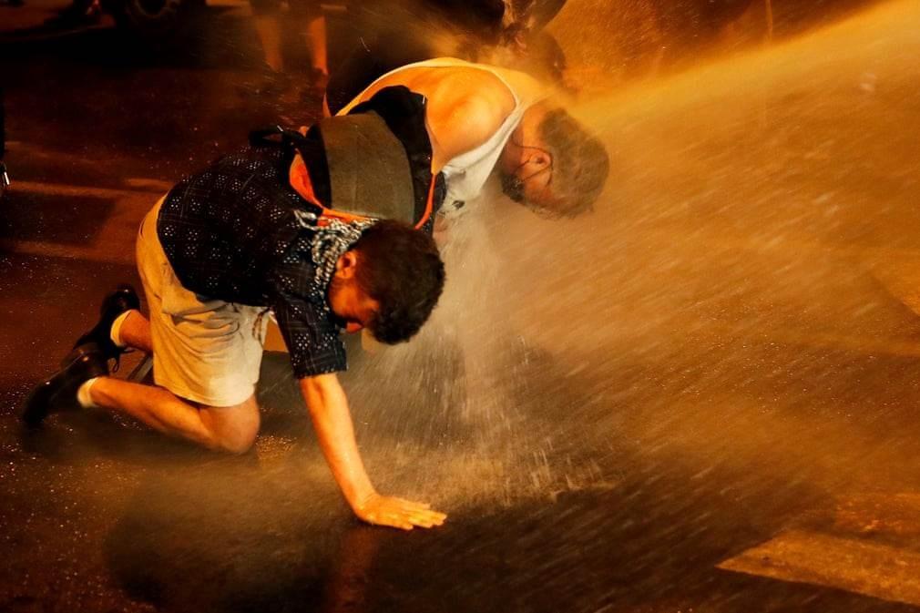 رش المتظاهرين بالمياه خلال تظاهرات القدس ضد نتنياهو