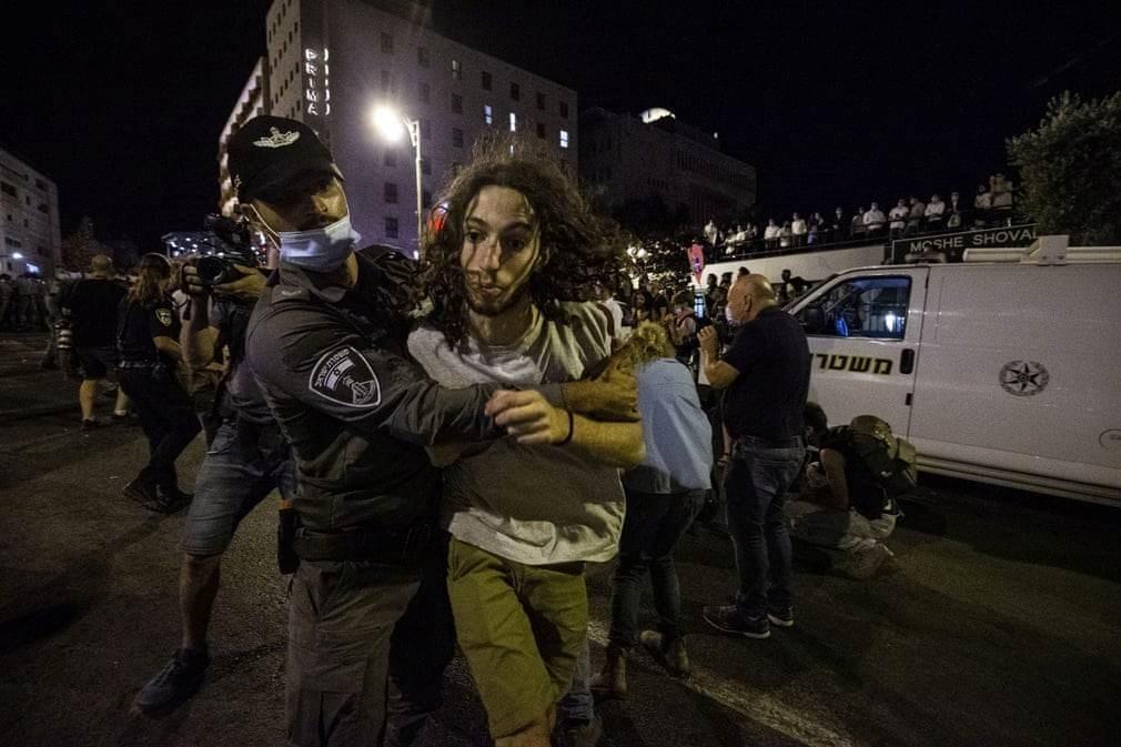 أثناء اعتقال متظاهر من  قبل الشرطة الإسرائيلية