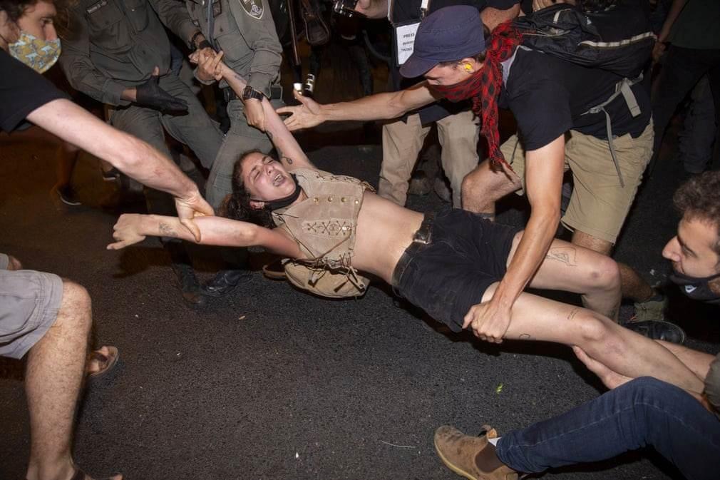 أثناء اعتقال متظاهرة من قبل الشرطة
