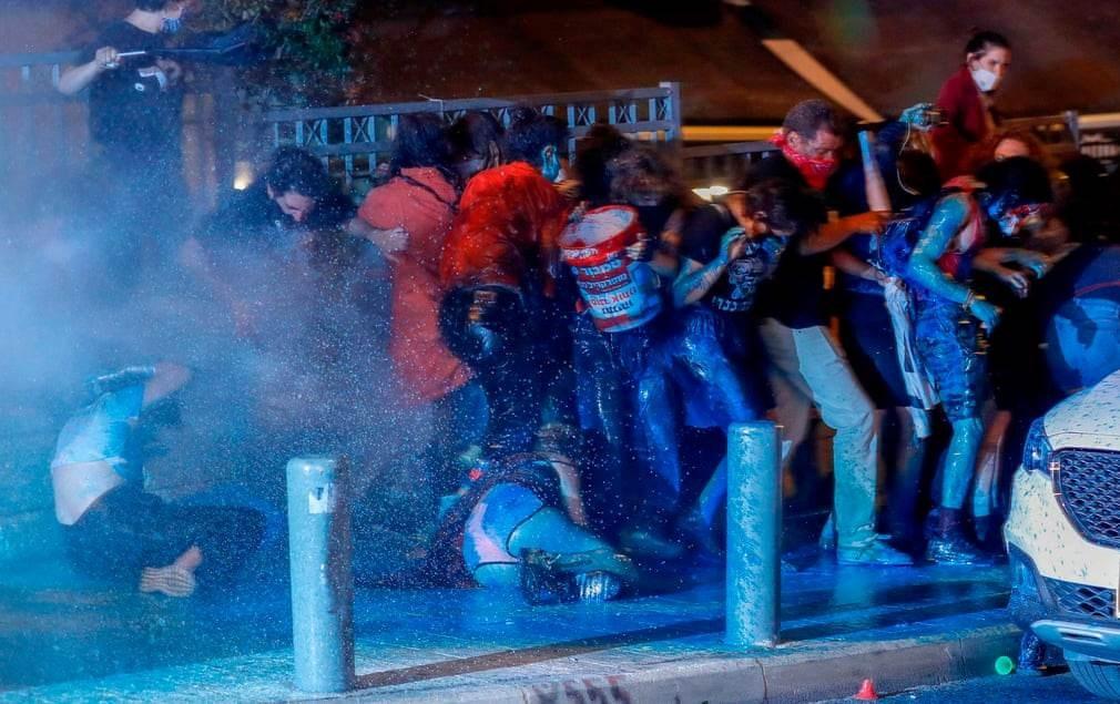 رش مجموعة من المتظاهرين الإسرائيليين بالمياه في القدس المحتلة الثلاثاء