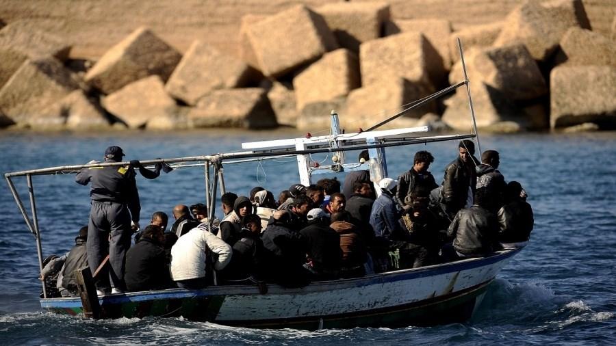 النساء والرجال يشتركون في الأسباب التي تدفعهم إلى ركوب البحر سراً