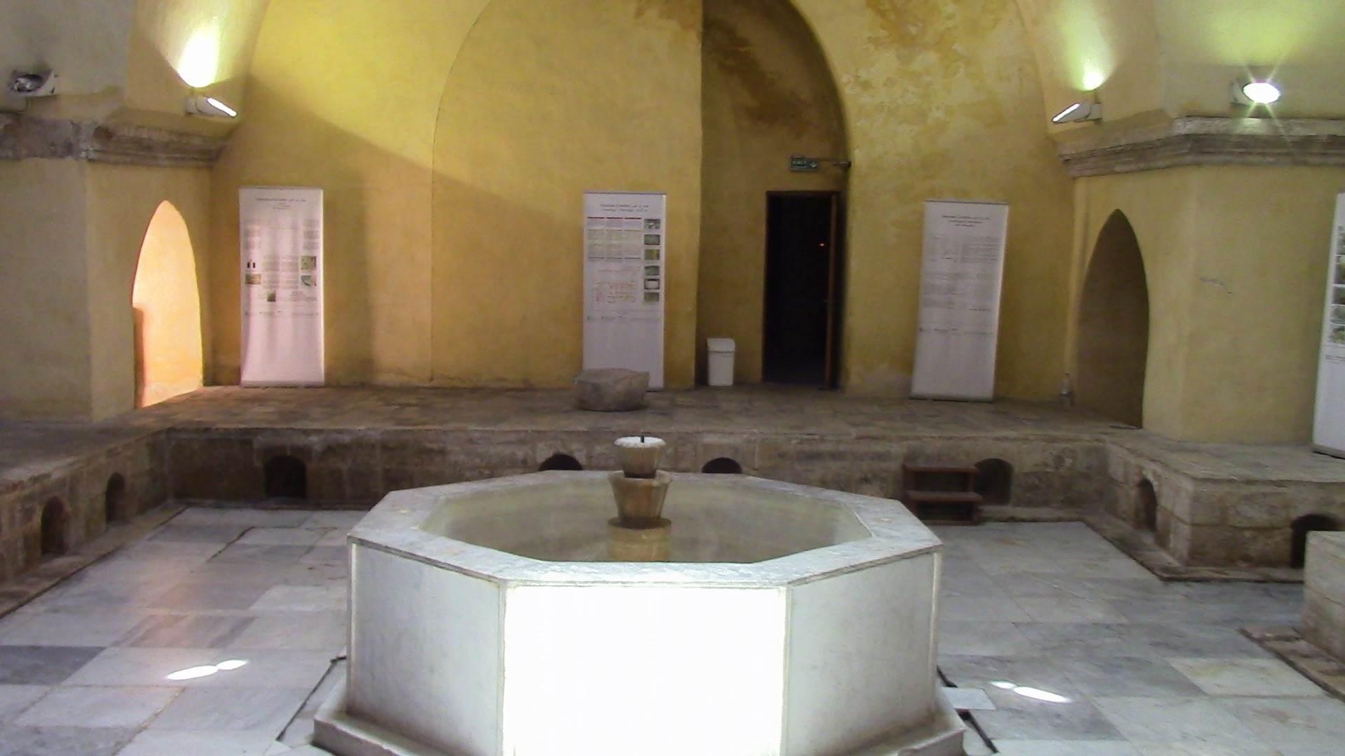بركة تتوسط صالة الضيافة في حمام عز الدين
