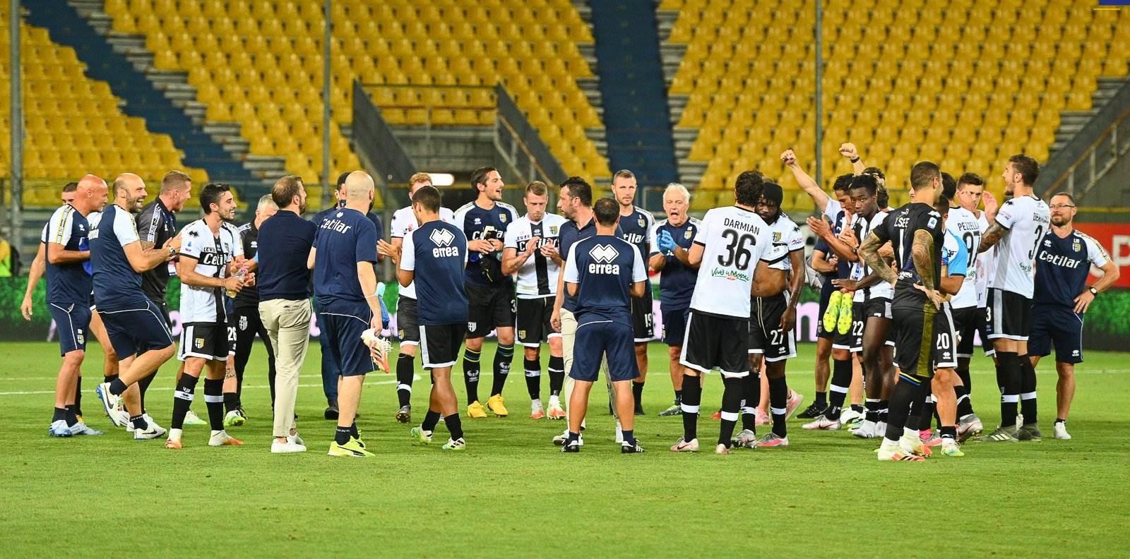 لاعبو بارما يحتفلون بعد الانتصار (تويتر)